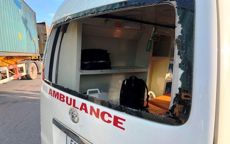 Xe cấp cứu bị tông quay ngang, nữ y tá văng xuống đường - ảnh 2