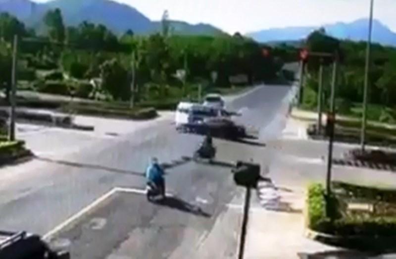 Xe cấp cứu bị tông quay ngang, nữ y tá văng xuống đường - ảnh 3