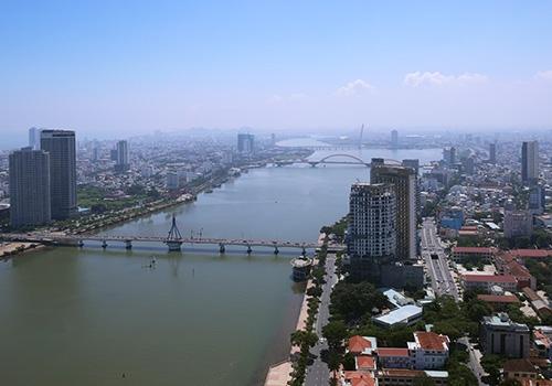 Nhiều chuyên gia cho rằng khi làm lại quy hoạch Đà Nẵng cần tạo thêm đô thị hai bên bờ sông Hàn nhưng nên hạn chế nhà cao tầng. Ảnh: Nguyễn Đông.