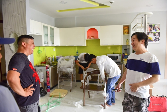 Cư dân chung cư Carina trở về nhà sau vụ cháy thảm khốc - Ảnh 5.