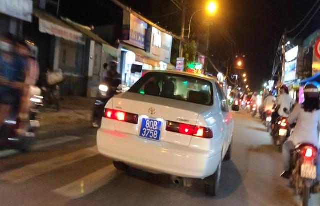 Xe ô tô đeo biển số xanh 80B giả hú còi vô tổ chức đã bị Công an quận 2 tạm giữ.