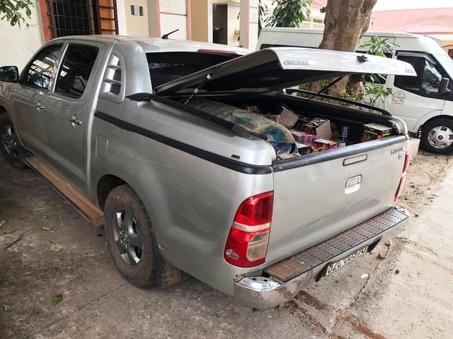 Chiếc xe bán tải chở pháo lậu được đưa về trụ sở công an