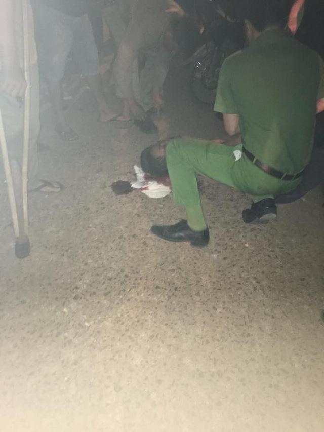 Nam thanh niên bị đánh gục tại hiện trường (ảnh T.B)