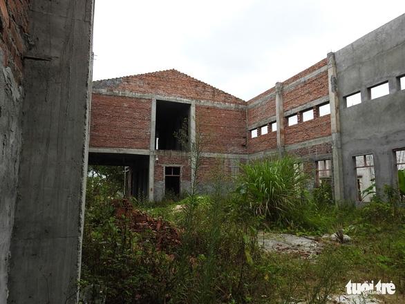 Dân ăn còn chưa đủ, xã vẫn cố xây nhà văn hóa vì nông thôn mới - Ảnh 2.