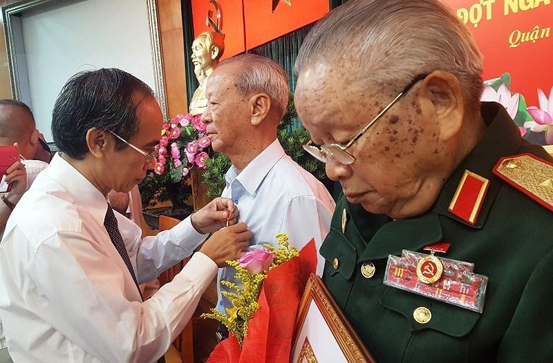 TP.HCM trao Huy hiệu 70 năm tuổi Đảng cho 147 Đảng viên - ảnh 1