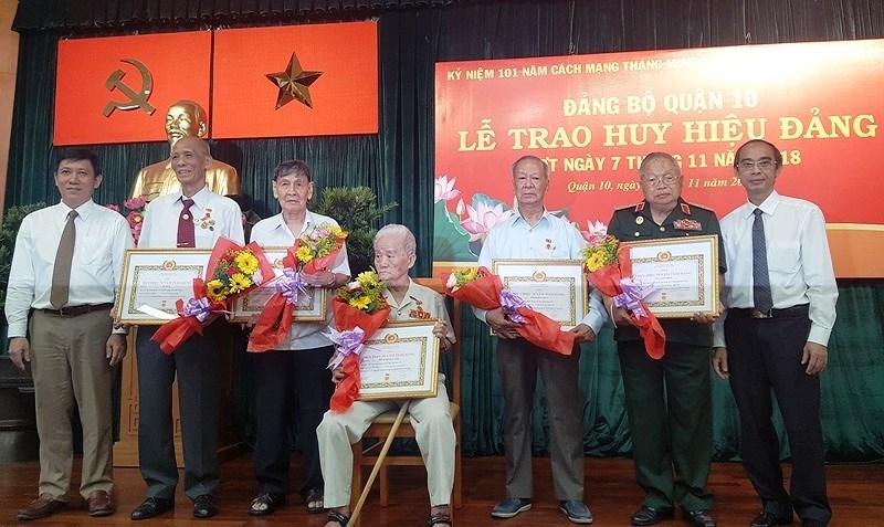 TP.HCM trao Huy hiệu 70 năm tuổi Đảng cho 147 Đảng viên - ảnh 2