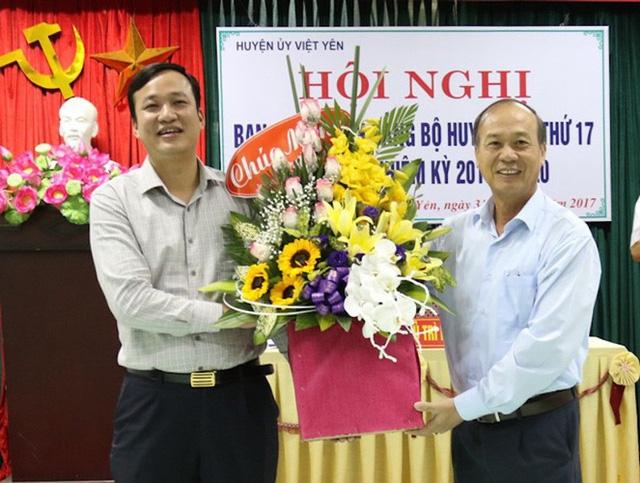 Ông Lê Ô Píc (ảnh bìa trái) nhận hoa chúc mừng khi được tín nhiệm giữ cương vị Bí thư huyện uỷ, đồng thời là Chủ tịch UBND huyện Việt Yên.