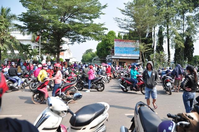 Công nhân Công ty Trách nhiệm hữu hạn KL Texwell Vina (huyện Trảng Bom, Đồng Nai) tập trung trước cổng DN khi nghe tin chủ DN bỏ trốn và nợ lương, BHXH.