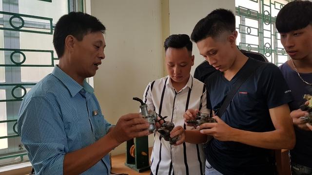 Lớp học sửa chữa cơ khí, điện máy cho thanh niên.