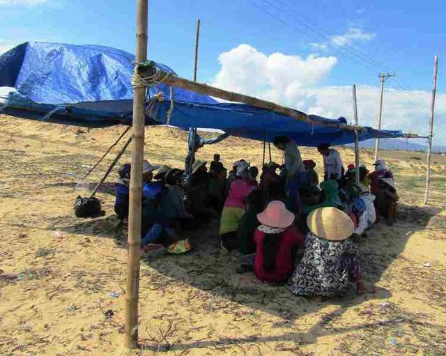 Đến chiều 12/11, người dân xã Mỹ Thắng vẫn dựng lều thay phiên nhau canh giữ xe rà bom mìn để phản đối dự án điện mặt trời tại địa phương này.