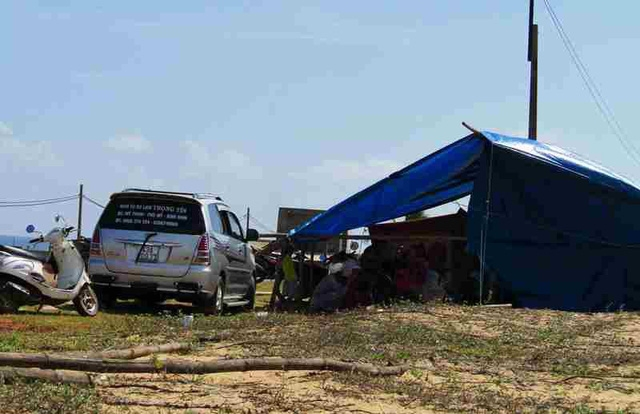 Xe của đơn vị chở công binh đi ra bom mìn để khảo sát dự án điện mặt trời bị dân chặn giữ lại.