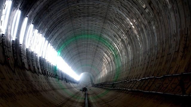 Từng đoạn hầm được đánh dấu bằng chiếc đèn xanh