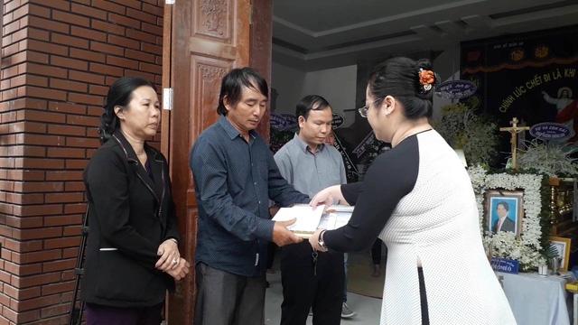 Đại diện Ban thi đua khen thưởng tỉnh Đồng Nai trao Bằng khen của UBND tỉnh Đồng Nai cho thân nhân nạn nhân Nguyễn Thành Tùng