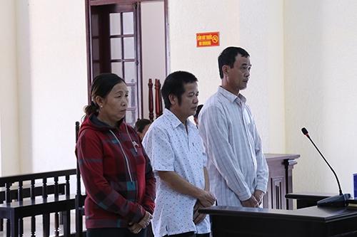 Trần Hoà Tam (bên phải) và Nguyễn Văn Vinh được trả tự do tại toà do có hình phạt bằng thời gian tạm giam. Ảnh: Hoàng Táo