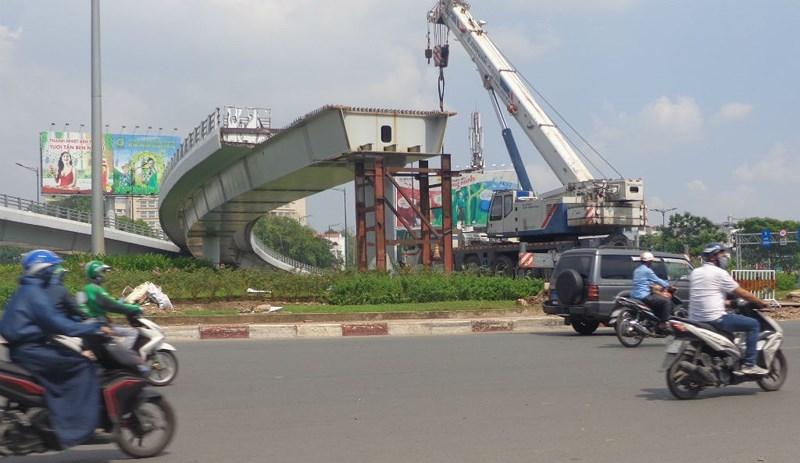 Lao dầm nhánh cuối cùng của cầu vượt ngã 7 Phạm Văn Đồng - ảnh 1