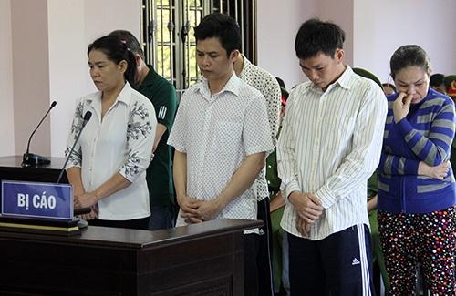Trần Kiều Trang (bìa trái) cùng các đồng phạm tại phiên toà. Ảnh: Thế Phong