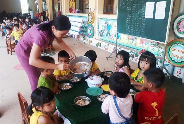 Giờ ăn trưa của các cháu Trường Mầm non xã Nghĩa Dũng (huyện Tân Kỳ, Nghệ An)