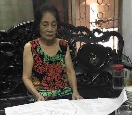 Cụ bà 75 tuổi đã cạn hết nước mắt và vẫn chưa biết bao giờ được chạm tay vào cuốn sổ đỏ hợp pháp của mình.