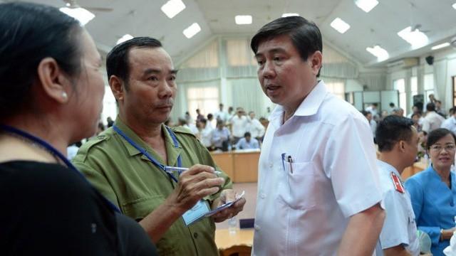 Chủ tịch UBND TP Hồ Chí Minh Nguyễn Thành Phong tiếp dântrong vụ khiếu kiện tại Thủ Thiêm. (Ảnh: Dân trí)