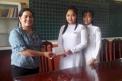 Hai nữ sinh trường THPT Vĩnh Định trả lại tiền cho người đánh rơi.Ảnh:NVCC