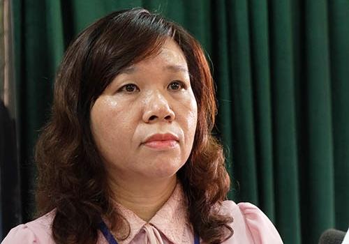 Hiệu trưởng trường Tiểu học Quang Trung (quận Đống Đa, Hà Nội) Lê Anh Vân trả lời báo chí ngày 6/12. Ảnh: Quỳnh Trang.