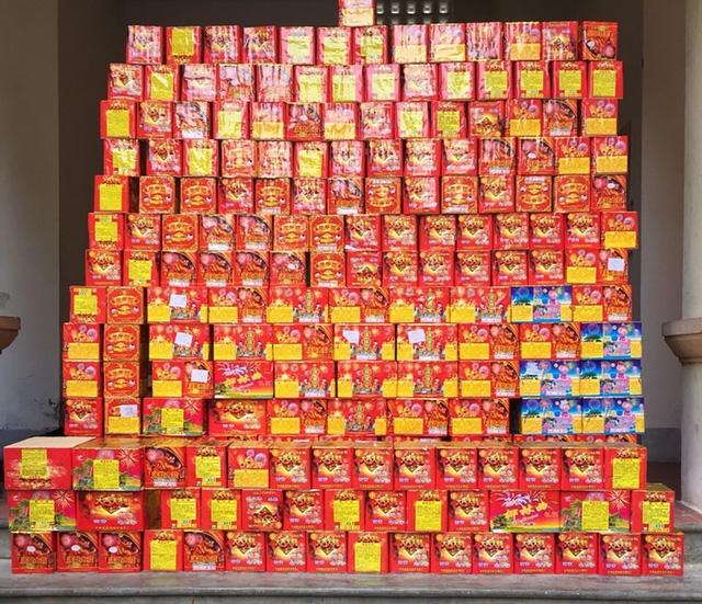 Số lượng lớn pháo lậu được cất giấu trong thùng container.