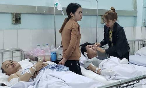 Các công nhân được cấp cứu tại bệnh viện. Ảnh: Giang Chính