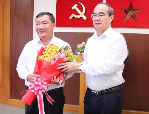 Bí thư Thành ủy Nguyễn Thiện Nhân chúc mừng ông Trần Văn Thuận. Ảnh: Trung Sơn