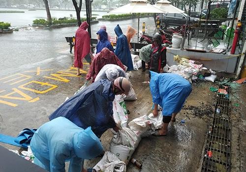 Nhân viên chung cư cao cấp Hoàng Anh Gia Lai phải đắp bao cắt ngăn nước chảy vào tầng hầm để xe.Ảnh: Nguyễn Đông.