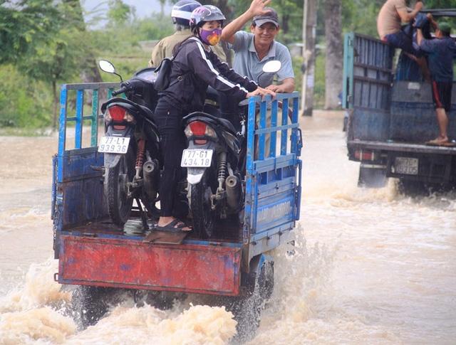 Đường Hùng Vương (TP Quy Nhơn) đi các huyện bị ngập sâu.