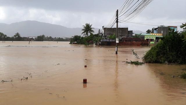 Nước bao vây khu dân cư phường Nhơn Bình (TP Quy Nhơn).