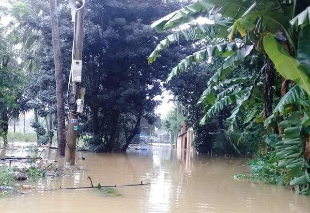 Tung tâm thị trấn Bồng Sơn (huyện Hoài Nhơn) bị ngập nặng (ảnh Diệp Bảo Sương).