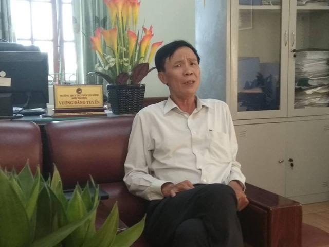 Ông Vương Đăng Tuyến, Hiệu trưởng Trường THCS thị trấn Vân Đình cho biết, 3 học sinh liên quan đến sự việc đều chưa từng bị kỉ luật. (Ảnh: Mỹ Hà).