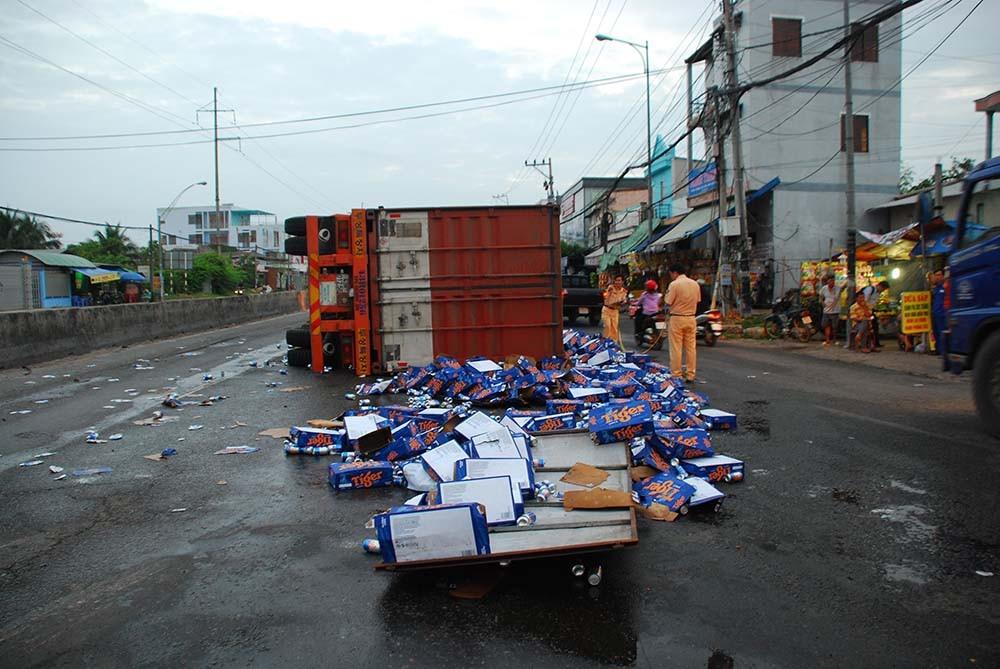 Xe chở bia lật nhào, nhiều người tranh thủ hôi bia - Ảnh 1.