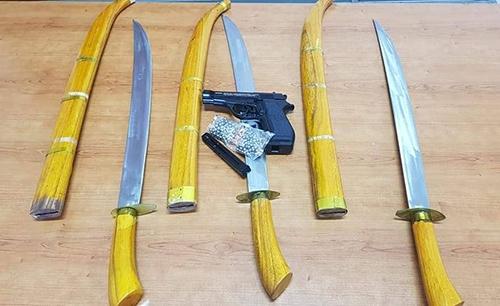 Súng và kiếm của Thắng bị thu giữ. Ảnh: CTV.