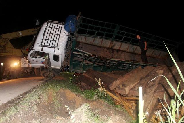 Xe tải lật phát hiện nhiều phách gỗ ngụy trang dưới lớp gỗ keo