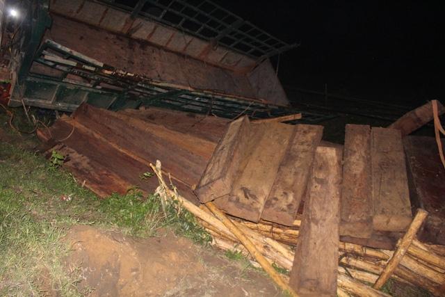 Nhiều phách gỗ lậu phát hiện sau khi xe tải lật