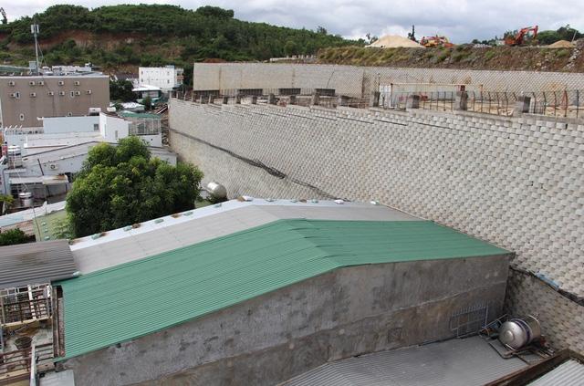Bức tường chắn thuộc dự án Marina Hill – Đồi Xanh Nha Trang (xã Vĩnh Ngọc, TP Nha Trang) đe dọa đến khu dân cư bên dưới