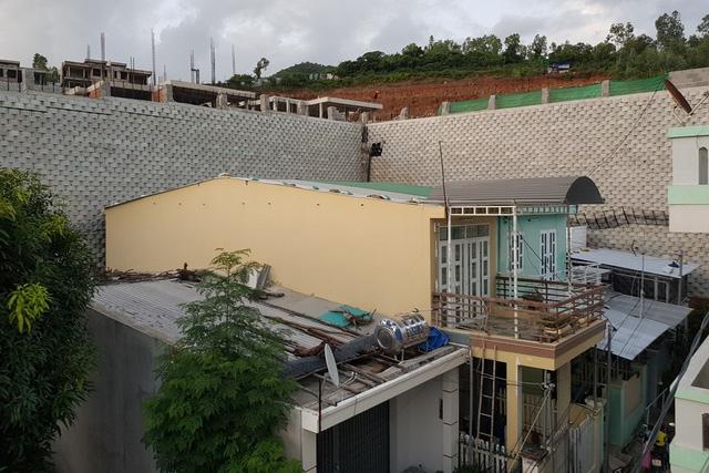 Theo lãnh đạo xã Vĩnh Ngọc (TP Nha Trang) có gần 20 hộ dân nằm sát bên bức tường chắn của dự án nghỉ dưỡng trên triền đồi