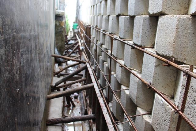 Nhiều đoạn tường thành chỉ cách nhà dân chừng 1m trong tình trạng chằng chống, gia cố, tiềm ẩn nguy hiểm