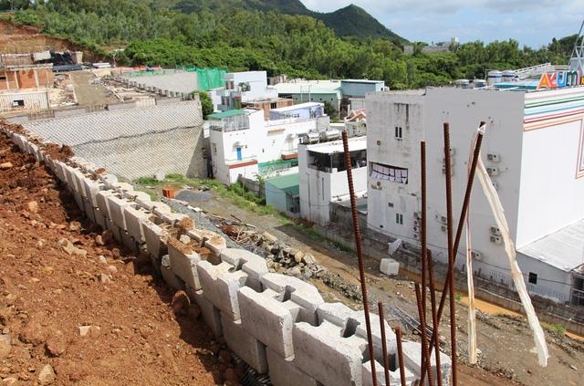 Sở Xây dựng Khánh Hòa yêu cầu tháo dỡ bức tường khủng này vì cho rằng xây dựng trái phép, tự phát