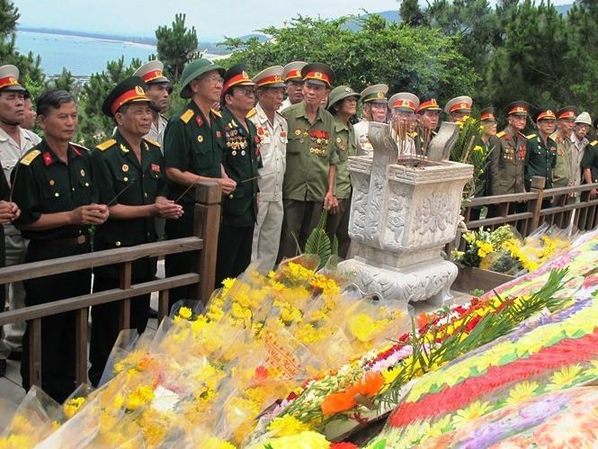 Người lính quân hàm xanh canh gác mộ Đại tướng Võ Nguyên Giáp  - Ảnh 1.