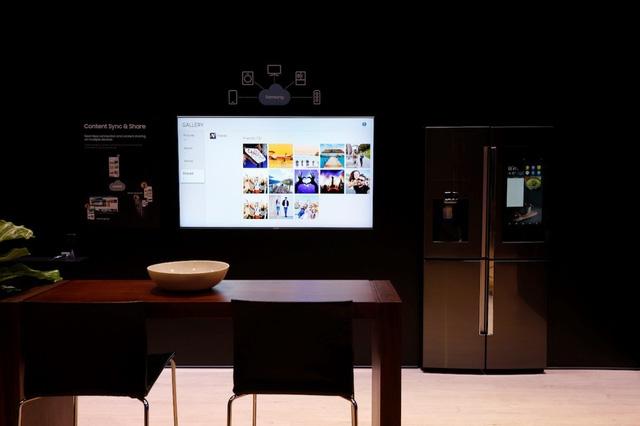 """Samsung Smart TV có khả năng của một trung tâm kết nối và điều khiển tại nhà đã đạt """"Giải thưởng sáng tạo - CES Innovation Awards"""" tại triển lãm điện tử tiêu dùng thường niên lớn nhất thế giới CES 2018 ở Las Vegas (Hoa Kỳ)."""