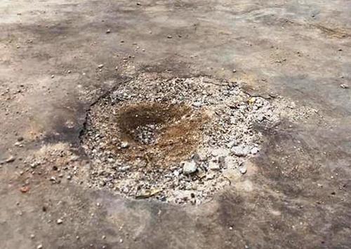 Nền cổng nhà anh Thanh bị khoét sâu sau vụ nổ. Ảnh: Đ.H