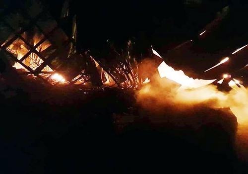 Nhà xưởng sập đổ trong vụ hỏa hoạn. Ảnh: Cửu Long.