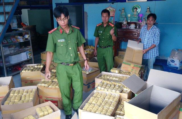 Lực lượng chức năng kiểm tra cơ sản xuất của ông Lộc