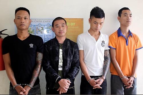 Vương (thứ hai từ trái qua) và đồng phạm. Ảnh: Đình Hưng.
