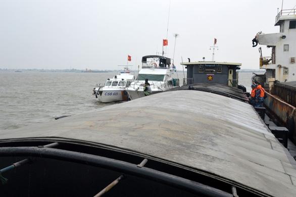 Cảnh sát biển tạm giữ 500 tấn than không rõ nguồn gốc - Ảnh 2.