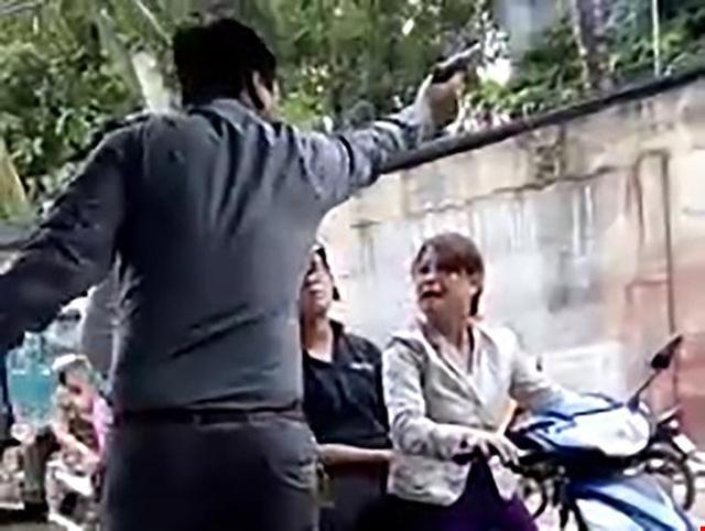 Ảnh cắt từ clip thể hiện việc sau khi cãi vã, ông Phương rút súng hù dọa và bắn chỉ thiên.