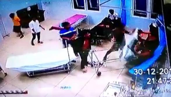 Nhóm thanh niên tấn công dân quân tự vệ từ trụ sở vào tận bệnh viện - Ảnh 2.